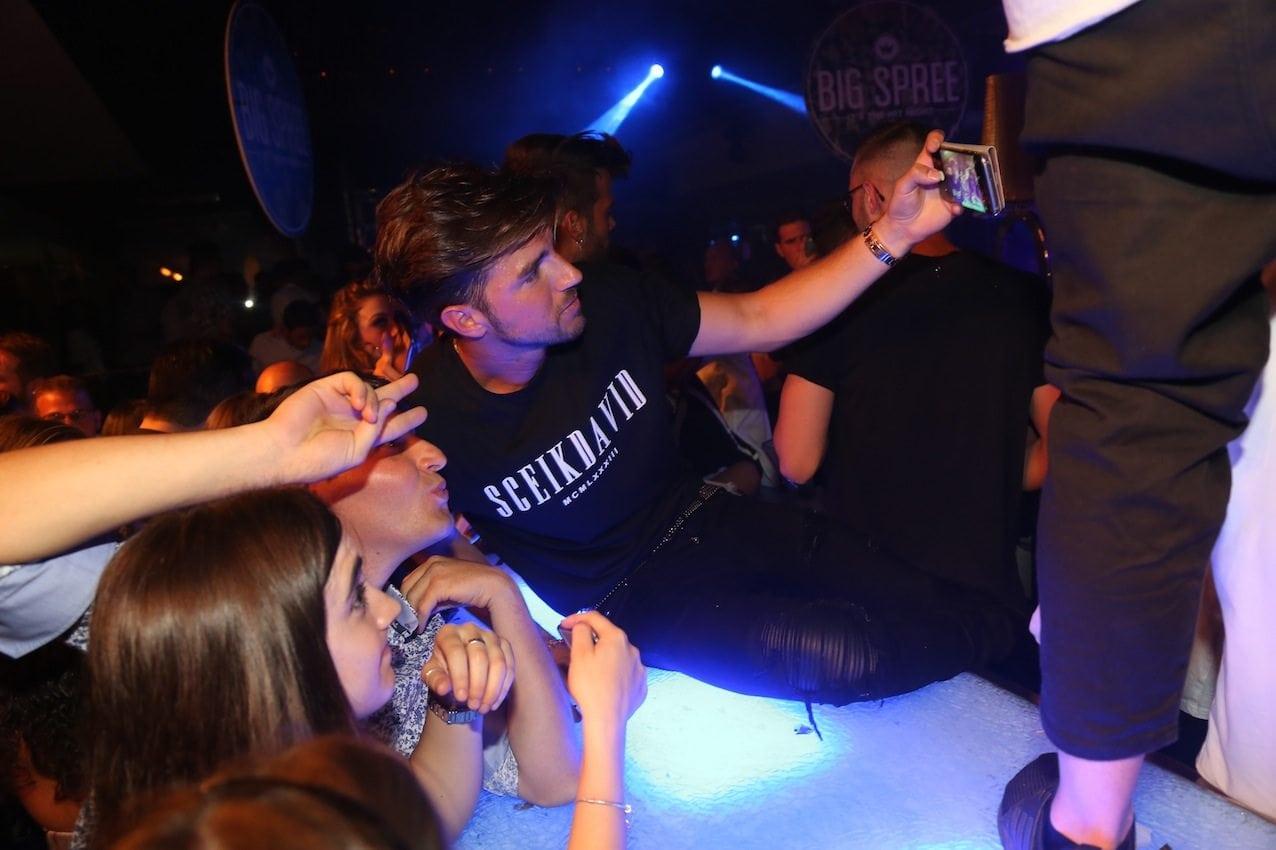 """Uomini e Donne, Andrea Damante ubriaco in discoteca: """"Giulia De Lellis è una tr**a, fa la baby sitter a Iannone"""""""