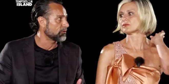 Antonella Elia e Pietro Delle Piane stanno recitando un copione? Lui si tradisce