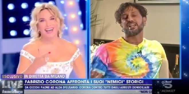 Fabrizio Corona ci prova in diretta con Barbara d'Urso: la reazione della conduttrice