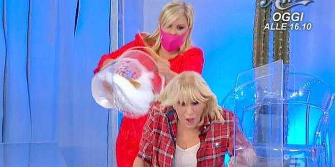 Uomini e Donne news, Gemma Galgani furiosa contro Tina le tira una spugna in faccia