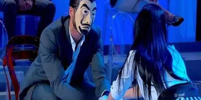 Uomini e Donne, intervista esclusiva all'Alchimista: perché si maschera? cosa prova per Giovanna?