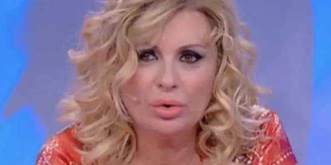 """News Uomini e Donne, la rabbia di Tina Cipollari: """"Maniaci, truffatori!"""""""