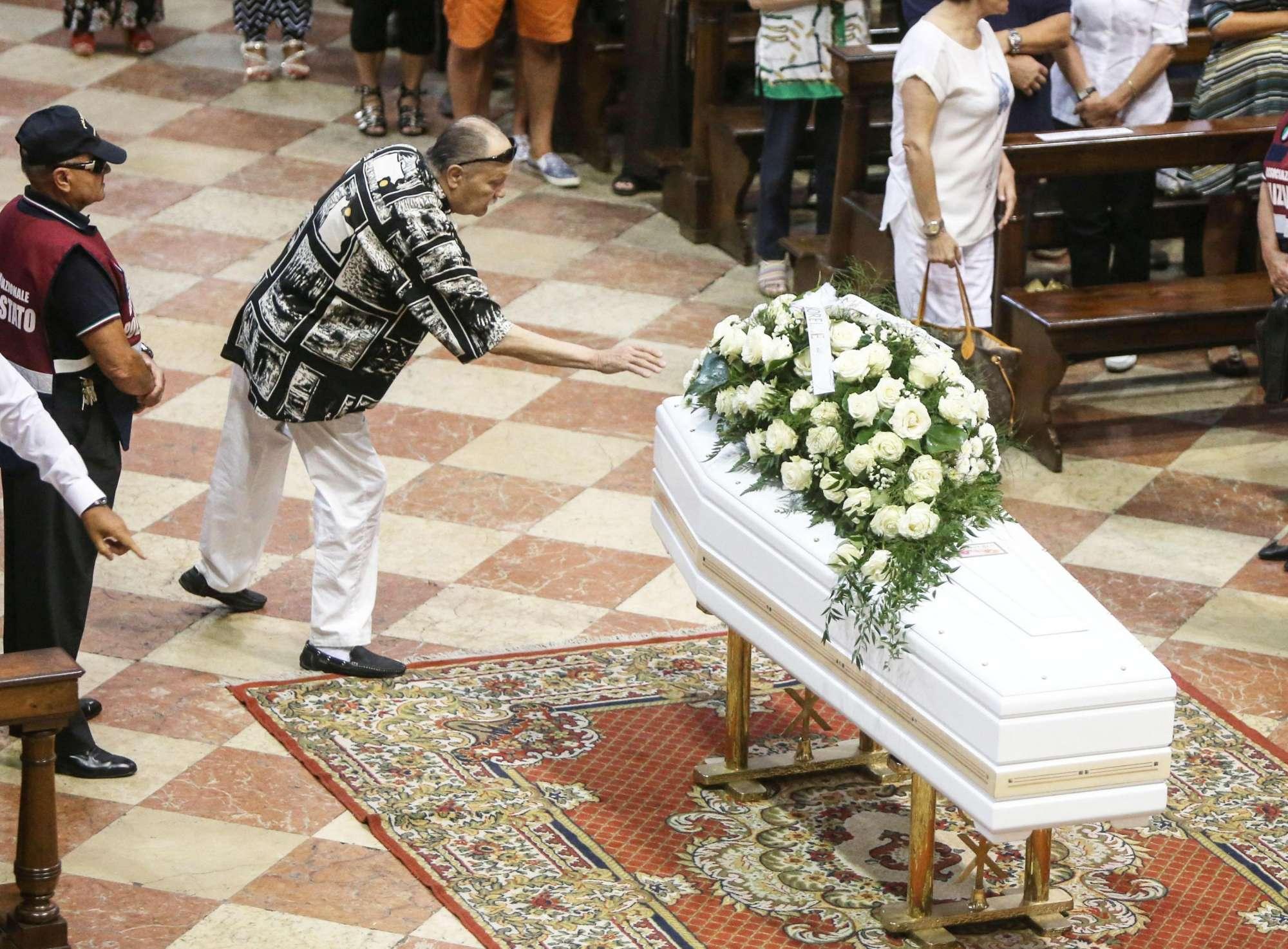 """Le Iene contro i conduttori Mediaset: """"Post acchiappalike, ma al funerale di Nadia non si sono visti"""""""