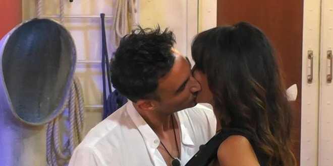 GF Vip, nella notte scatta il bacio tra Miriana Trevisan e Nicola Pisu: lei fa una richiesta