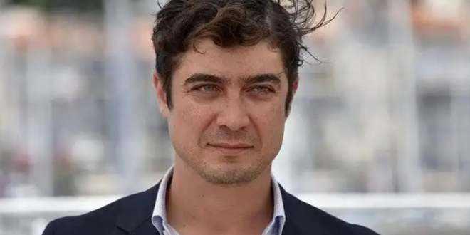 Riccardo Scamarcio è diventato papà: la foto fuori dalla clinica