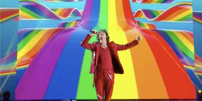 Amici 20, Sangiovanni canta contro l'omofobia
