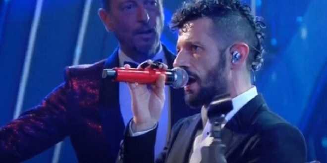 """Sanremo 2021, Amadeus interrompe l'esibizione: """"Fermate tutto"""""""