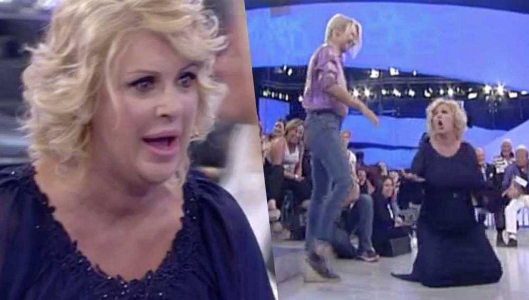 """Uomini e Donne anticipazioni, Tina Cipollari show: """"Le gatte morte sco*ano!"""" urla e poi esce"""