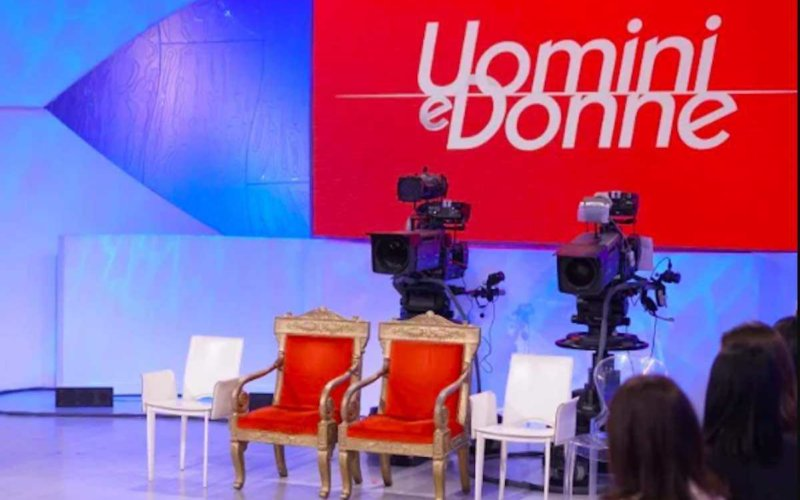News Uomini e Donne, un'ex tronista annuncia l'uscita del suo libro e ironizza sulla De Lellis