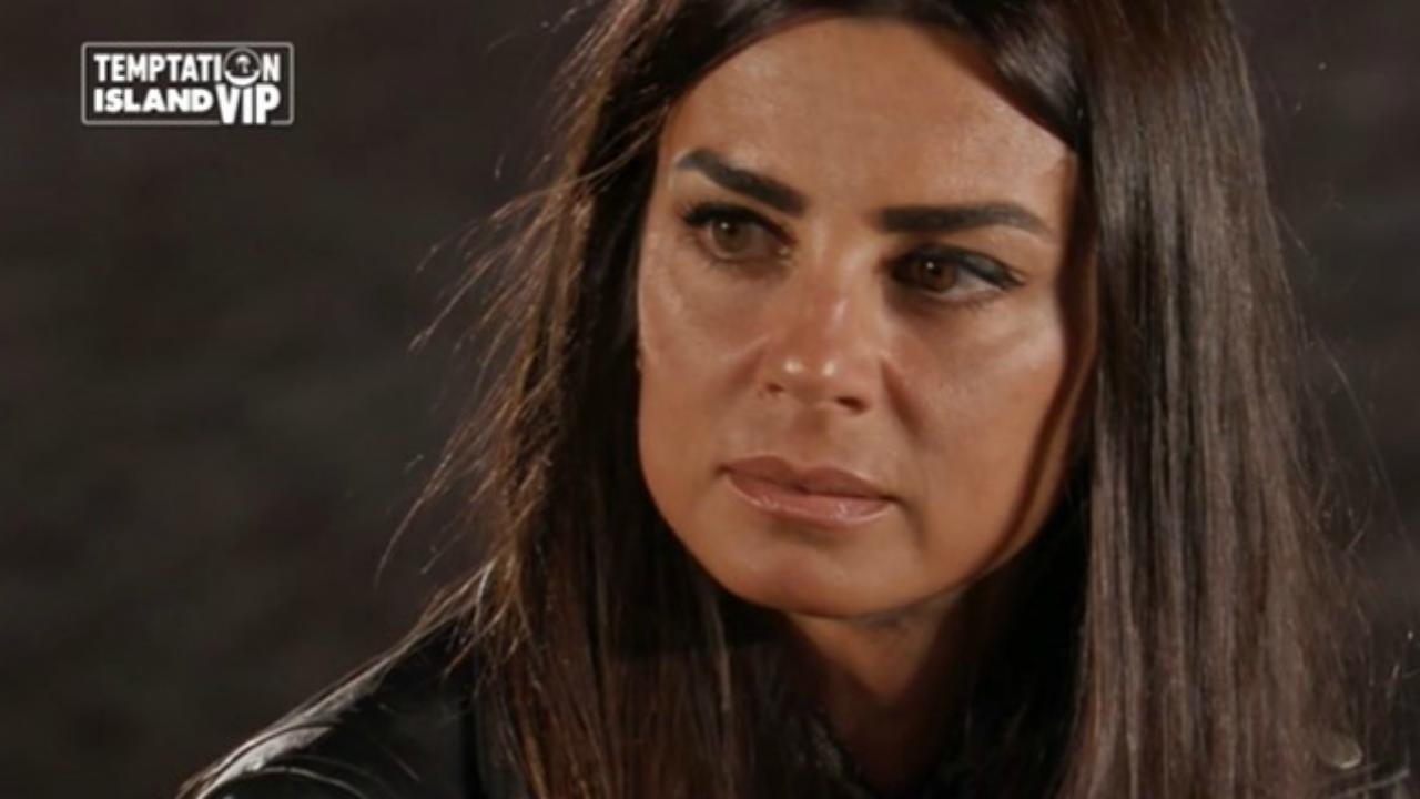 "Temptation Island Vip 2, Selvaggia Lucarelli asfalta Serena Enardu: ""Vada in miniera"""